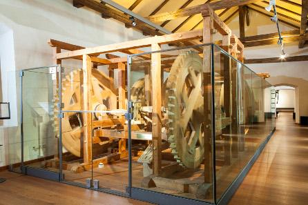 Die voll funktionsfähige Rekonstruktion der Walzenprägemaschine wurde von Werner Nuding nach 10 Jahren Forschung in ca. 4.000 Arbeitsstunden im Jahr 2003 fertig gestellt. Foto: TVB Hall-Wattens.