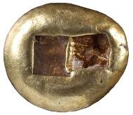 Trite (Drittelstück) des Alyattes, Elektron, Lydien, 575 v. Chr. (Inv. 1928.283). Vs: Löwenkopf mit geöffneter Schnauze. Rs: Zwei vertiefte Quadrate durch Steg getrennt (Abdruck des Prägestempels).