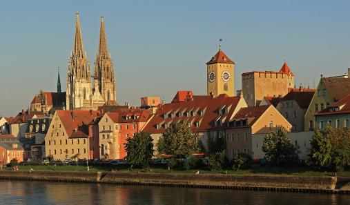 Weinlände mit dem Dom St. Peter und dem Uhrturm des Alten Rathauses. Foto: Avarim. http://creativecommons.org/licenses/by-sa/3.0/de/deed.en.