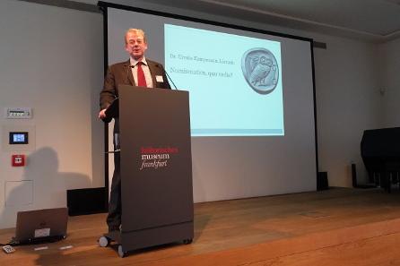 Christian Stoess, erster Vorsitzender der Gesellschaft für Internationale Geldgeschichte, begrüßt die Festgäste. Foto: KW.