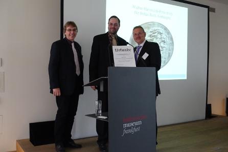 Stefan Roth wird mit dem Walter-Hävernick-Preis ausgezeichnet. Von links nach rechts: Dr. Ralf Wiechmann, Dr. des. Stefan Roth und Dr. Dieter Klose. Foto: KW.