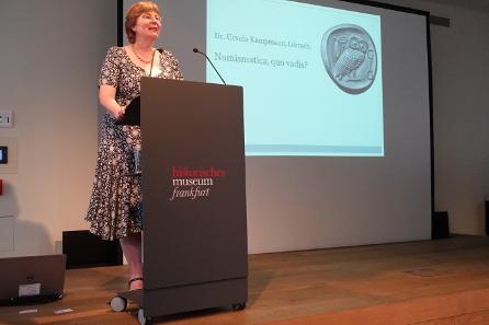 Dr. Ursula Kampmann wirft einen Blick in Vergangenheit und Zukunft der Numismatik. Foto: KW.