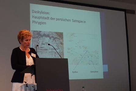 Dr. Ute Wartenberg hinterfragt die traditionelle Zuschreibung einer Münzgruppe an Sinope. Foto: KW.