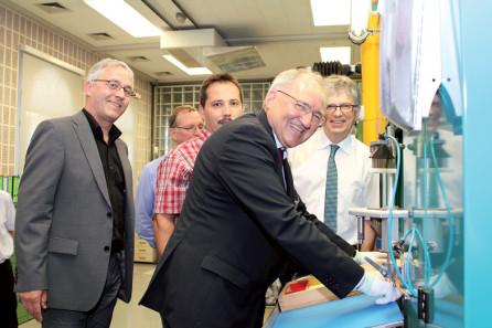 Erstprägung durch Staatssekretär Peter Hofelich (Mitte), Roland Enke (Stiftung Luthergedenkstätten, links) und Dr. Peter Huber (Münzleiter der Staatlichen Münzen Baden-Württemberg, rechts).