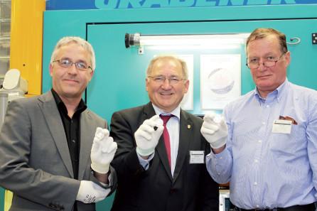 Staatssekretär Peter Hofelich (Mitte), Roland Enke (Stiftung Luthergedenkstätten, links) und Erich Ott (Künstler, rechts) mit der frisch geprägten Münze.