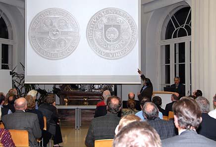Prof. Helmut Zobl erläutert die von ihm geschaffene Wolfgang Hahn-Medaille. Foto: Agnieszka Brytan, Institut für KIassische Archäologie der Universität Wien.