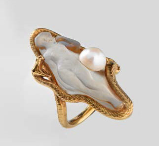 A snake with open jaw entwines a naked woman, who symbolizes sexuality. The pearl represents an apple, and can thus be interpreted as a symbol of temptation. Ring, around 1900, René Lalique (1860-1945), Paris. Gold, frosted glass, pearl. © Swiss National Museum.