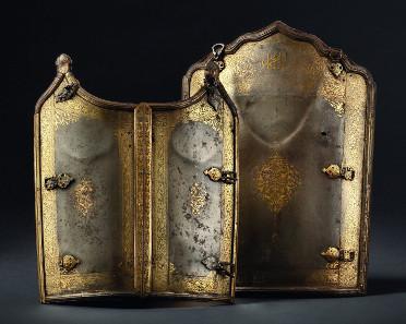 Ein Paar goldtauschierte Panzerplatten (Char Aina), Persien, datiert 1783. Startpreis: 8.500 Euro.