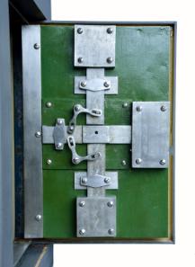 Schwerer Stahltresor / Belgien um 1870. Hersteller: DUBOIS FAVRESSE / CHARLEROI. Größe: 96 x 61 x 48. Gewicht 320 kg. 2 Schlüssel und 4er Buchstaben-Code.