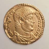 38 (58) RIC VIII, 254. Magnentius, Solidus, Trier 350-353 n. Chr., Gewicht: 4,545 g / 4,345 g. Vs: Panzerbüste, barhäuptig. Rs: Victoria und Libertas mit Troipaion.