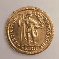 41 (61) RIC IX, 1 (a). Valentinianus I., Solidus, Sirmium 364-375 n. Chr., Gewicht: 4,545 g. Vs: Panzerbüste mit Diadem. Rs: Kaiser mit Labarum und Victoria.
