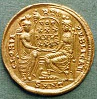 40 (60) RIC VIII, 74. Constantius II., Solidus, Nicomedia 351-354 n. Chr., Vs: Helmbüste mit Schild und Lanze. Rs: Roma und Constantinopolis, zwischen ihnen Schild.