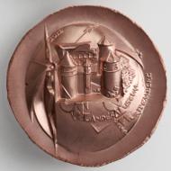 Die Medaille von Victor Huster auf das 150-Jahr-Jubiläum des Landesmuseums Württemberg zeigt den Grundriss des Alten Schlosses in Stuttgart sowie einen Blick auf das Gebäude mit seinen drei Türmen und den prachtvollen Arkaden des Renaissance-Innenhofs (Stuttgart Landesmuseum Württemberg, Inv. MK 2012-104a, Foto: Landesmuseum Württemberg, Hendrik Zwietasch).