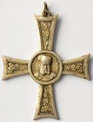 Um während des württembergischen Verfassungskonflikts an Christoph zu erinnern, wurde auch eine Medaille in Kreuzform hergestellt. Das Porträt des Herzogs ist nach der Medaille von 1559 gestaltet (Stuttgart Landesmuseum Württemberg, Inv. MK 3914, Foto: Landesmuseum Württemberg, Hendrik Zwietasch).