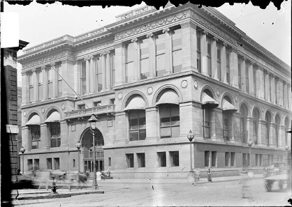 Since this photo has been made in 1903, the building hasn't changed much. Photo: Wikipedia / Chicago Daily News negatives collection, DN-0001239. Chicago Historical Society, CC 2.0.