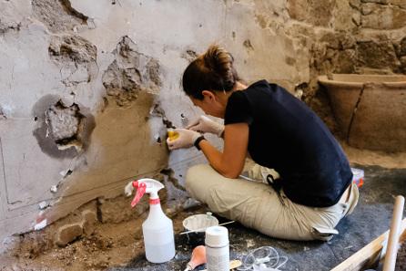Konservierung der Wanddekoration. Quelle: Deutsches Archäologisches Institut.