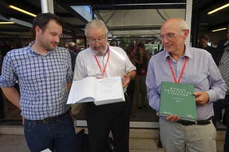 Der neue RPC wird anlässlich des numismatischen Kongresses in Taormina vorgestellt. Links Jerome Mairat, in der Mitte Michel Amandry, rechts Andrew Burnett. Foto: UK.