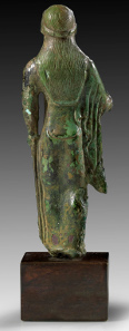 Lot 31: Etruscan kore. Central Italy, ca. 480-460 BC. Solid bronze cast. Magnificent green patina, intact. Estimate: 4,500,- euros. Provenance: Acquired by Dr Leo Mildenberg for the R.G. Collection, Germany, in 1974-1990. At Gorny & Mosch 222, 2014, 37.