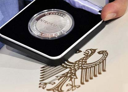 Die neu geschaffene Auszeichnung. Quelle: Bundesregierung RP-online.