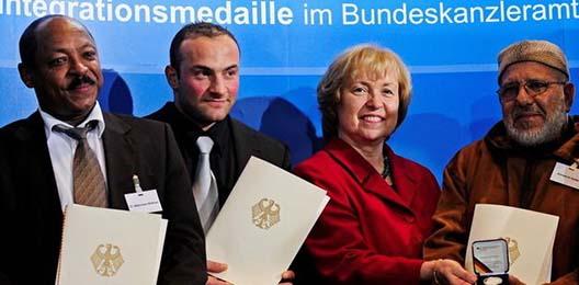 Maria Böhmer inmitten von Preisträgern. Quelle: Bundesregierung RP-online.