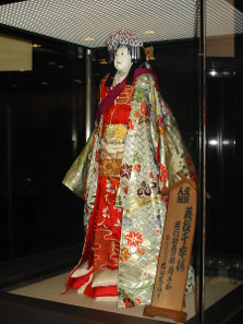 Lebensgroße Bunraku-Puppe in Nationaltheater von Osaka. Foto: Ellywa / https://creativecommons.org/licenses/by-sa/3.0/deed.de