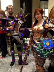 Teilnehmer einer Dragon Con 2014, in typischen World of Warcraft-Kostümen. Foto: Amy / https://creativecommons.org/licenses/by/2.0/deed.de