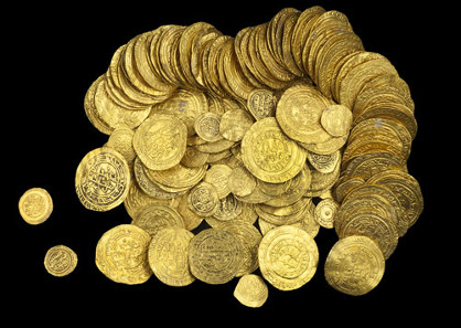 Dinars and quarter dinars from the Caesarea treasure. Photographed by Clara Amit, Israel Antiquities Authority. With permission of the Israel Antiquities Authority.