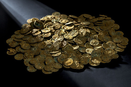 A fraction of the Ueken coin trove in unrestored condition. © Canton of Aargau. Photograph: Béla Polyvàs.