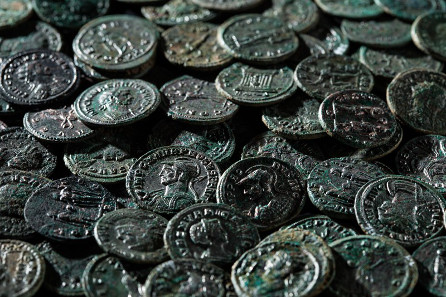 Only 250 coins out of 4,166 are restored. They are in a very good condition. © Canton of Aargau. Photograph: Béla Polyvàs.