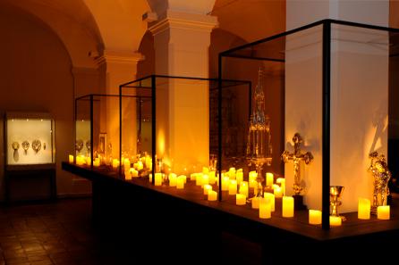 Impression aus der Ausstellung: Göttliches Licht - Sakraler Kult & Spiritualität. Szenografie: Studio Adeline Rispal. Foto: HMB Natascha Jansen.