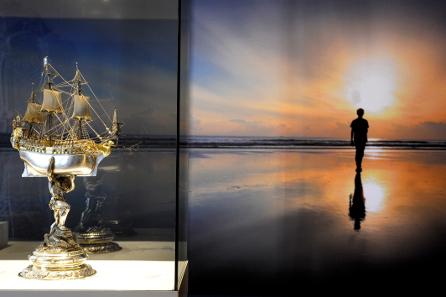 Impression aus der Ausstellung: Silber & Gold - Faszination des Glanzes. Szenografie: Studio Adeline Rispal. Foto: HMB Natascha Jansen.