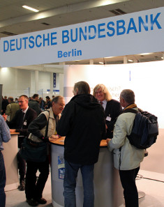 Well-frequented at the 17th NUMISMATA Berlin was not only the booth of the German Bundesbank (German Federal Bank) where interesting facts about the life-cycle of a banknote were revealed. Photograph: © numiscontrol.