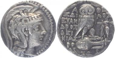 Attika. Babylonische Nachprägung mit Namen des Mazakes. Tetradrachme neuen Stils 142/141 v. Chr. Thompson 714 g. Sehr schön. 375 Euro.