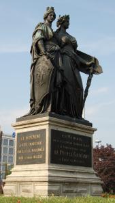 Helvetia nimmt die Stadtgöttin von Genf in ihren Schutz auf. Denkmal auf den Beitritts von Genf zur Eidgenossenschaft im Jahre 1814, eingeweiht 1869. Foto: Norbert Aepli - CC-BY-2.5.