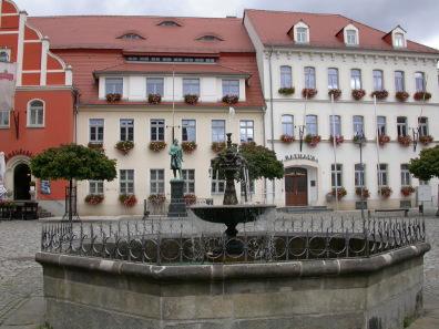 Rathaus und Marktplatz von Pulsnitz. Foto: Anaximander / https://creativecommons.org/licenses/by-sa/3.0/deed.en