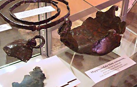 Gallo-römische Hipposandale, der Vorläufer des Hufeisens. Foto: NantonosAedui / https://creativecommons.org/licenses/by-sa/2.5/deed.de