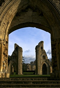 Die ehemalige Benediktinerabtei Glastonbury Abbey in der englischen Grafschaft Sommerset. Foto: IDS.photos, Tiverton UK / https://creativecommons.org/licenses/by-sa/2.0/deed.de.