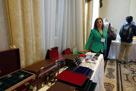 Die italienische Manufaktur Abafil mit ihren edlen Lösungen zur Münzaufbewahrung war zum ersten Mal in New York, vertreten wurde sie von Annalisa Garretto. Ihr großer Stand hatte sich nach den drei Börsentagen auffallend geleert.