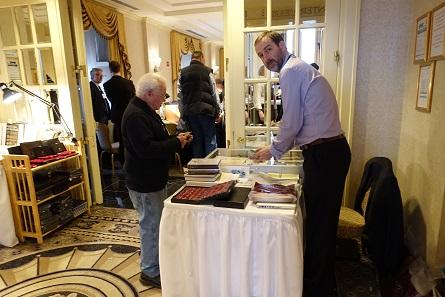 Philipp Skingley von Spink ist dagegen seit Jahren ein regelmäßiger Gast. Und genauso regelmäßig steht der Besucher an seinem Stand vor dem Problem, ob dieses Buch zum sagenhaft günstigen Messepreis nun Übergewicht im Koffer verursachen wird oder nicht.