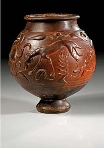 Los 141: Terra-Sigillata-Becher. Römisch, wohl Gallien, ca. 2. Jh. n. Chr. H. 16,3 cm. Taxe: 10.000,- Euro.