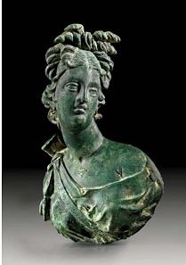 Los 233: Dianaapplike. Bronzehohlguß. Römisch, 1./2. Jh. H. 9,6 cm. Taxe: 6.000,- Euro.