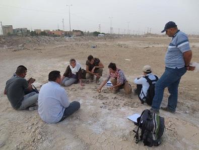 Archäologen besprechen die Keramikbefunde des Surveys. Foto: DAI Orient-Abteilung / Foto: Ulrike Siegel CC-BY-NC-ND