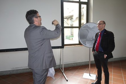 The new coin is highly emotional to all parties involved: On behalf of the project manager, Dr. Peter Füglistaler takes a kind of selfie in front of the commemorative coin. Photograph: UK.