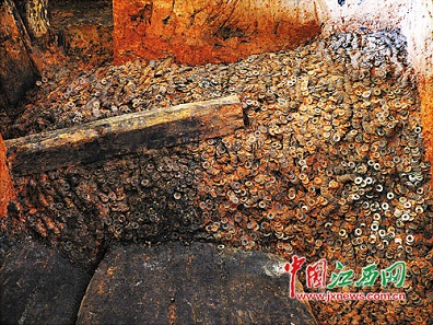 The stack of the wuzhu coins in situ. Source: JXNews.com
