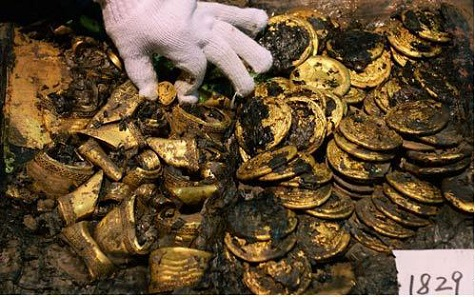 The gold plates (right) with ingots in situ. Source: Xinhuanet.com.
