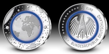 Deutschlands neue 5-Euro-Münze mit blauem Polymerring. Fotograf: Hans-Jürgen Fuchs, Stuttgart. © Bundesamt für zentrale Dienste und offene Vermögensfragen (BADV).