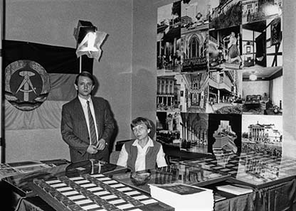 Die DDR war Gastland, ehe die Bundesrepublik überhaupt an der World Money Fair teilnahm – hier Ingeborg Klein und Lothar Kaczmarck.