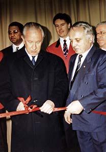 IOC Präsident Antonio Samaranch eröffnet die Europa-Münzemesse Basel 1994.