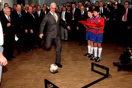 Franz Beckenbauer zeigt, daß er's immer noch Drauf hat - World Money Fair 2004.