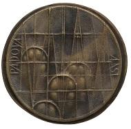 Mario Pinton, Medaille auf Giottos 500. Geburtstag, 1987 ex Sammlung Brugnera. Detail der Rückseite mit Darstellung der Kuppel der Basilica di Sant'Antonio). © Comune di Padova/ Museo Bottacin.